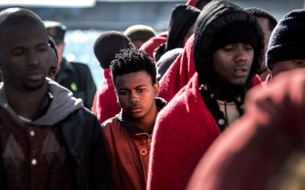 Migrantes esperando ser atendidos por la Cruz Roja en Motril